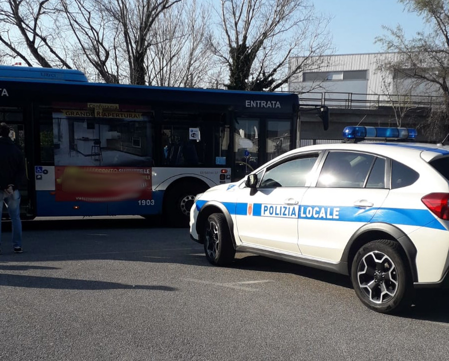 Colta da malore sull'autobus, viene soccorsa da due Ispettori di PL fuori servizio