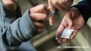 Droga tra minorenni: denunciato un ragazzo per spaccio