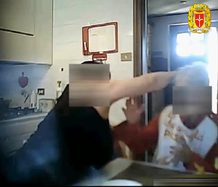 Due anni di reclusione alla badante arrestata per maltrattamenti  alla donna anziana che aveva in cura