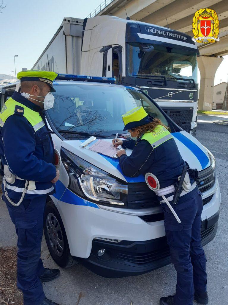 Controlli stradali: la PL denuncia 2 uomini per false generalità e guida con patente falsa